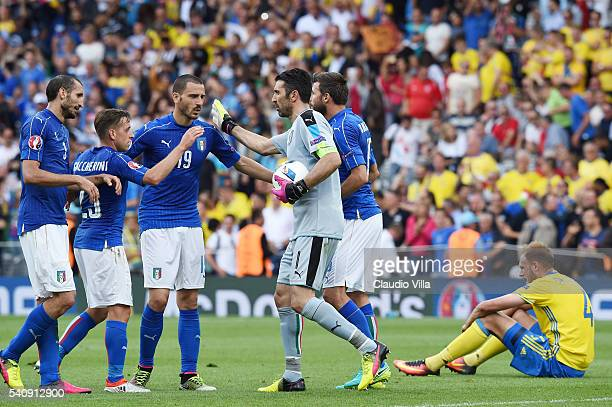 The Italian squad celebrate victory following the UEFA EURO 2016 Group E match between Italy and Sweden at Stadium Municipal on June 17 2016 in...