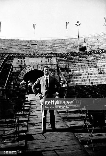 The italian tenor Franco Corelli, born Dario Corelli, poses in ordinary clothes on the Verona Arena parterre, theatre where he is involved in the...
