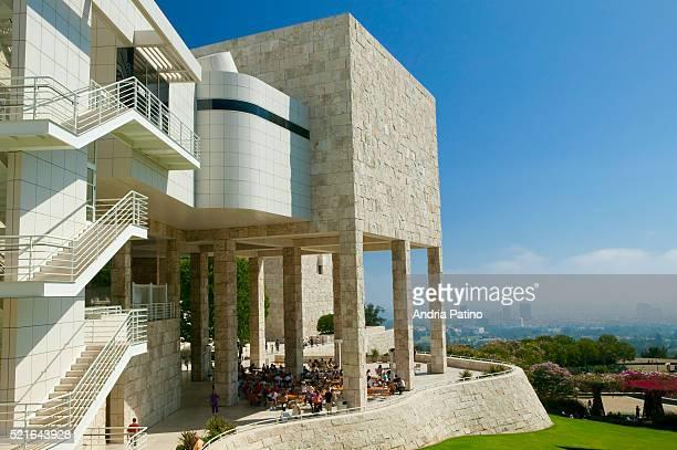 the j. paul getty museum overlooks los angeles skyline - j. paul getty museum photos et images de collection