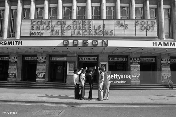 The Jacksons outside the Hammersmith Odeon, London, 1977. L-R: Tito, Marlon, Michael, Jackie, Randy.