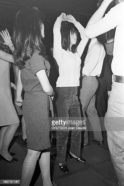 The James Palladium Pigalle Street At Helene Martini En France à Paris rue Pigalle le 3 février 1966 le Bus Palladium étant fermé des jeunes dansant...