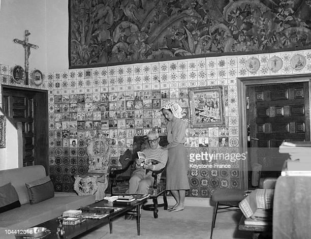 The Japanese painter Leonard FUJITA in his Paris apartment with his wife Fernande BARREY