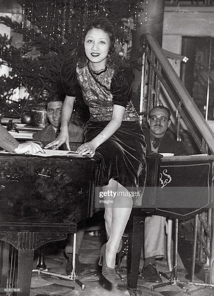 The Japanese singer Michiko Tanaka who married the Austrian entrepreneur Julius Meinl II. in 1931 at a rehearsal session. Cafe de Paris. London. Photograph. Around 1937. : ニュース写真