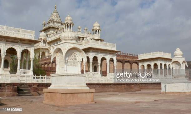 the jaswant thada cenotaph complex with its white carved marble gazebosa in jodhpur, rajasthan, india - the cenotaph stock pictures, royalty-free photos & images