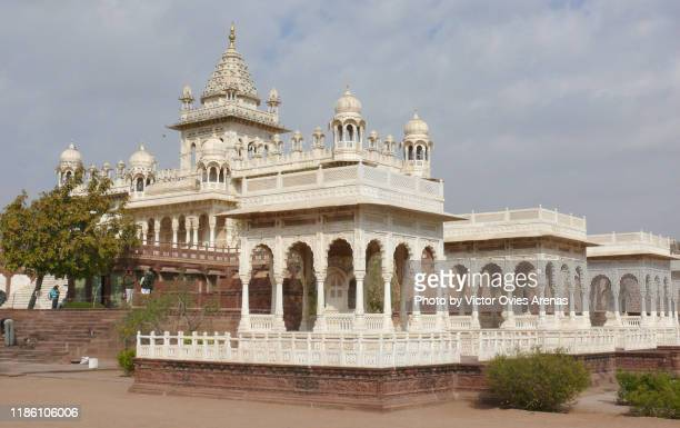 the jaswant thada cenotaph complex with its white carved marble gazebosa in jodhpur, rajasthan, india - victor ovies fotografías e imágenes de stock