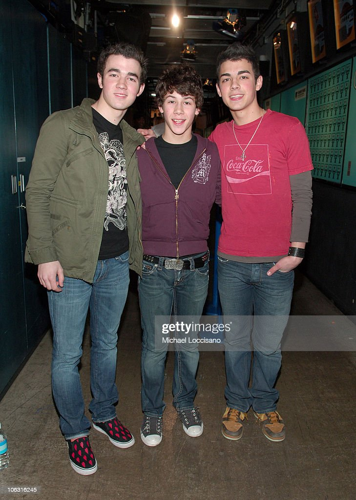 """JoJo and The Jonas Brothers Visit MTV's """"TRL"""" - March 1, 2006"""