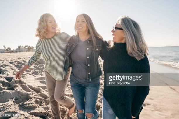 die freude der pensionierung - drei personen stock-fotos und bilder