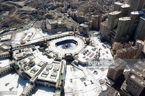 the kaaba also known as masjid ul haram, the holiest place on earth for the muslims - kaaba stock pictures, royalty-free photos & images