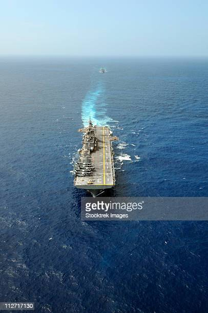the kearsarge amphibious ready group executes a column maneuver in the atlantic ocean. - aircraft carrier stock pictures, royalty-free photos & images
