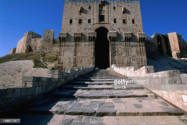 the keep of the 13th-16th century aleppo citadel. - アレッポ市 ストックフォトと画像
