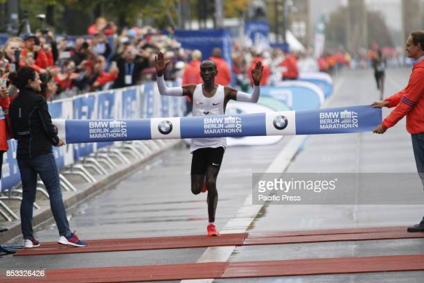 The Kenyan Eliud Kipchoge won the Berlin Marathon but did not make the world record Gladys Cherono from Kenya won the women Eliud Kipchoge ran the...