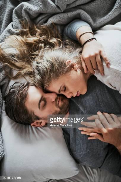 le genre d'amour pour construire un rêve - couple lit dormir amour photos et images de collection