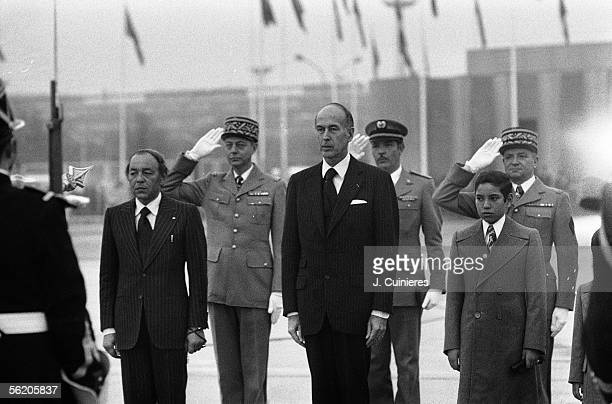 The king Hassan II of Morocco and the crown prince welcomed with their descent to plane by the president Giscard d'Estaing.