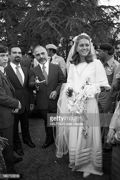 The King Hussein Of Jordan Marries The American Lisa Halaby En Jordanie dans un jardin du Palais de Zaran à Amman le 15 juin 1978 lors de leur...