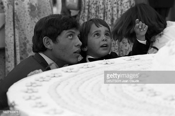 The King Hussein Of Jordan Marries The American Lisa Halaby En Jordanie dans un jardin du Palais de Zaran à Amman le 15 juin 1978 lors du mariage du...
