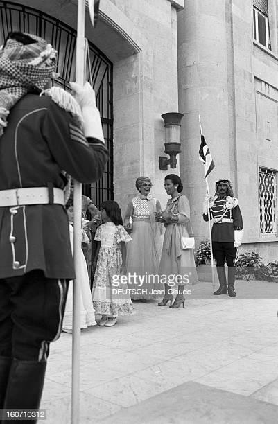 The King Hussein Of Jordan Marries The American Lisa Halaby En Jordanie à l'entrée du Palais de Zaran à Amman le 15 juin 1978 lors du mariage du Roi...
