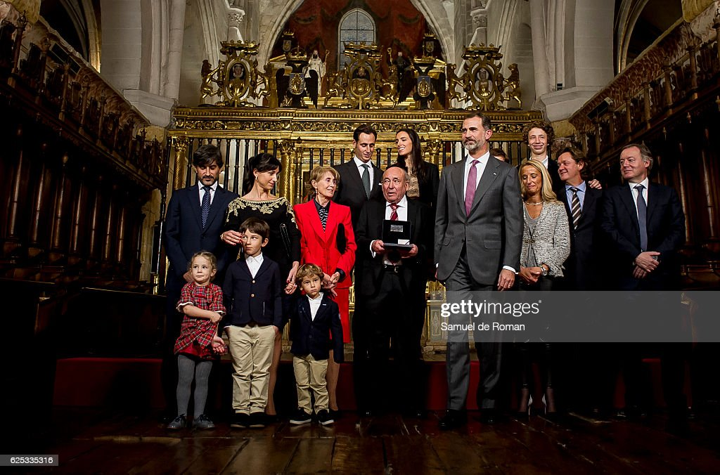 The King of Spain Felipe VI hands over the businessmen of the year prize on November 23, 2016 in Burgos, Spain.