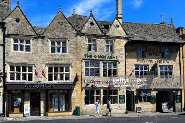 the kings arms coaching inn, stow on the wold town, gloucestersh - stow on the wold stock pictures, royalty-free photos & images