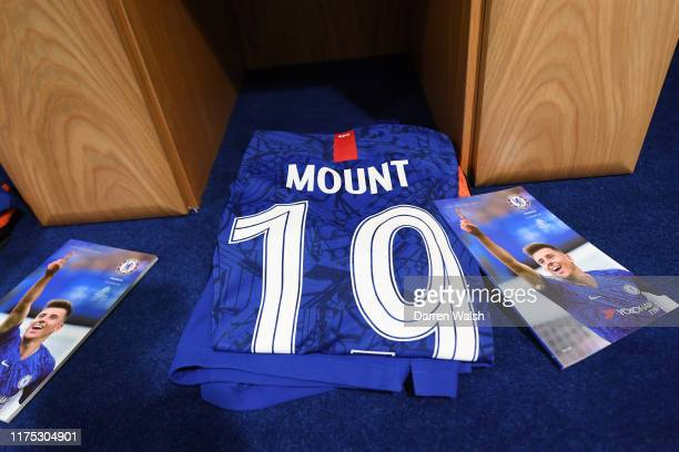 1 736 Chelsea F C Kit Photos And Premium High Res Pictures Getty Images
