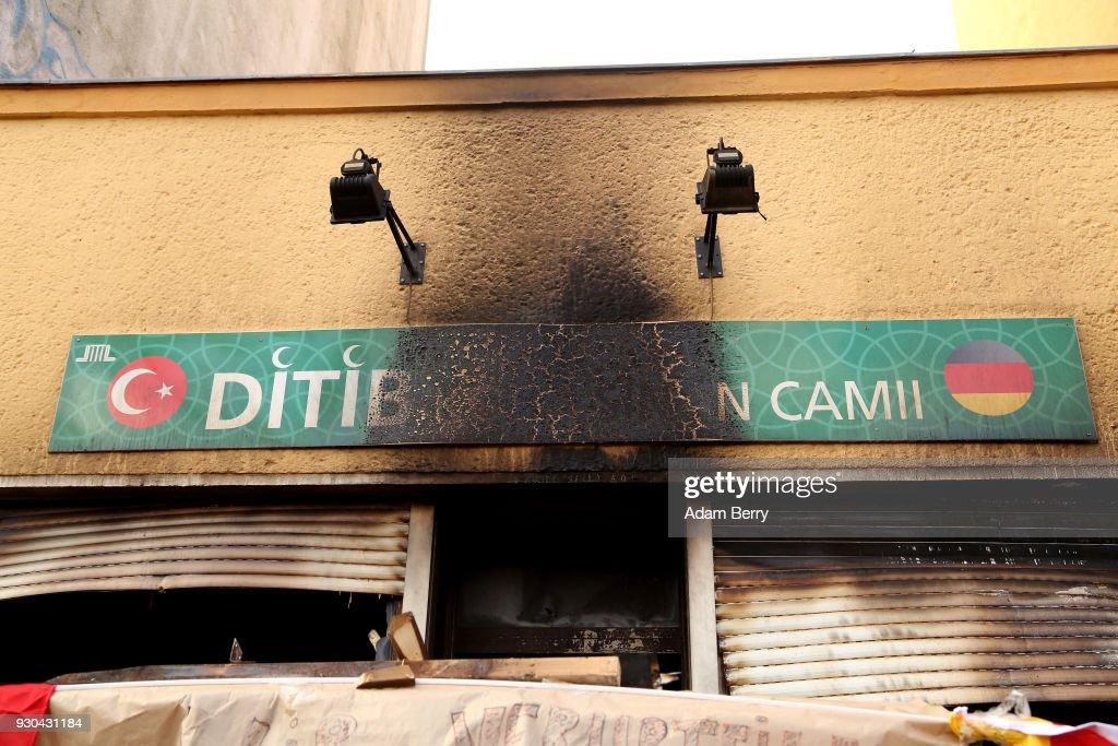 Witnesses Claim Mosque Fire Was Arson Attack : Nachrichtenfoto