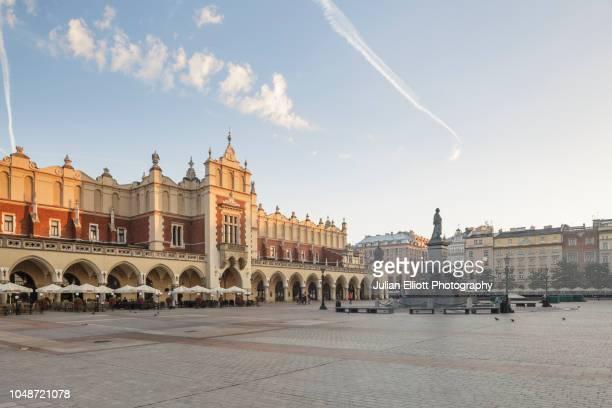 the krakow cloth hall in krakow, poland. - polen stockfoto's en -beelden