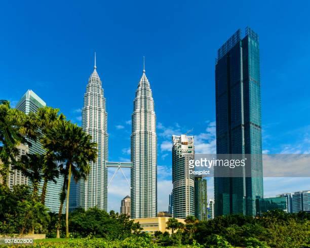 o skyline da cidade de kuala lumpur com as torres petronas, malásia. - torres petronas - fotografias e filmes do acervo