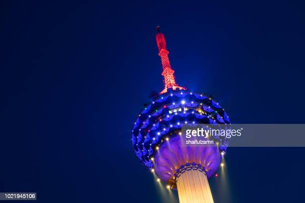 the kuala lumpur tower is a communications tower located in kuala lumpur, malaysia. its construction was completed on 1 march 1995. - shaifulzamri stockfoto's en -beelden