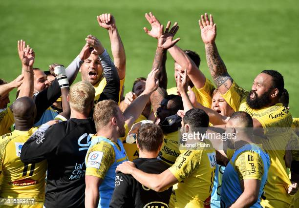 The La Rochelle team celebrate victory following the Heineken Champions Cup Semi-Final match between La Rochelle and Leinster at Stade Marcel...