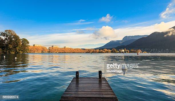 the lake and mountains of annecy in the perfect morning day - フランス アヌシー ストックフォトと画像
