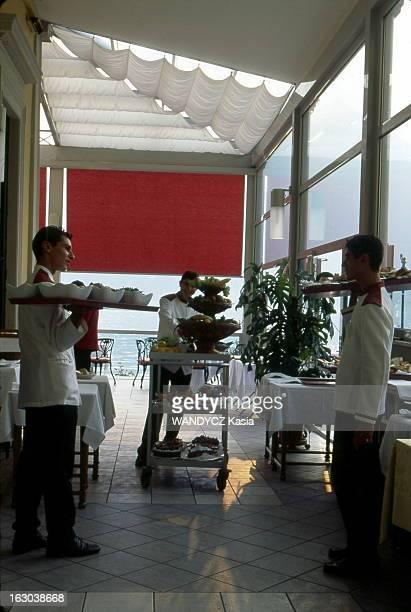 The Lake Como Villa Serbelloni Salle à manger du Grand Hôtel Villa Serbelloni à BELLAGIO où se trouvent trois serveurs chacun vêtus d'une veste...