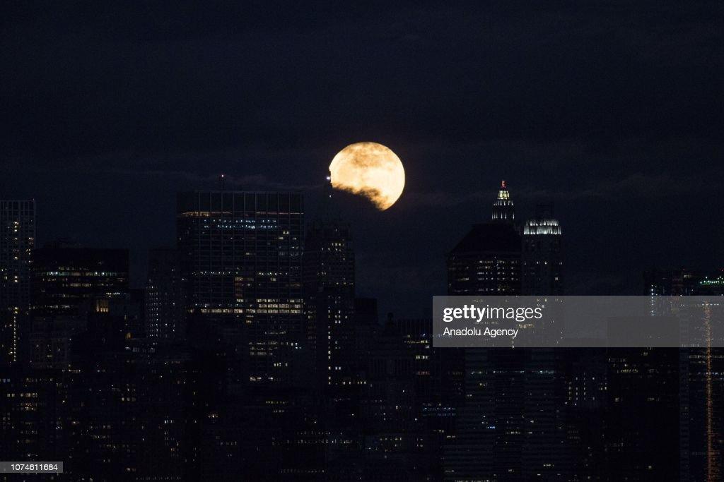 Full moon in New York : News Photo