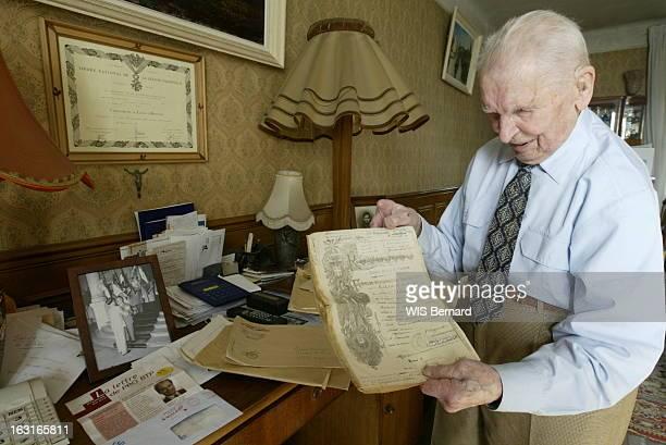 The Last Hairy Of War 1418 Lazzaro PONTICELLI poilu de la guerre 1418 montrant des documents d'époque chez lui dans son salon