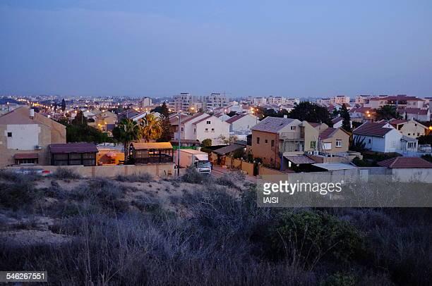 the last houses of sderot, at night - スデロット ストックフォトと画像