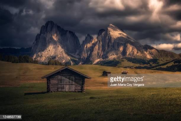 the last rays of sunshine light up at alpe di siusi - castelrotto (bolzano, italia) - italia ストックフォトと画像