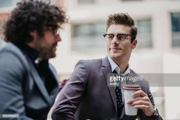 Dem Rechtsanwalt und seinem Mandanten tranken Kaffee vor der Verhandlung