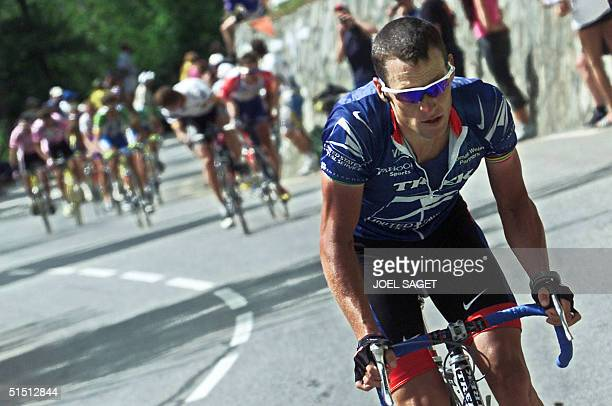 the leader of the US Postal team US Lance Armstrong breaks away from the leader of the Deutsche Telekom team German Jan Ullrich in the last climb of...