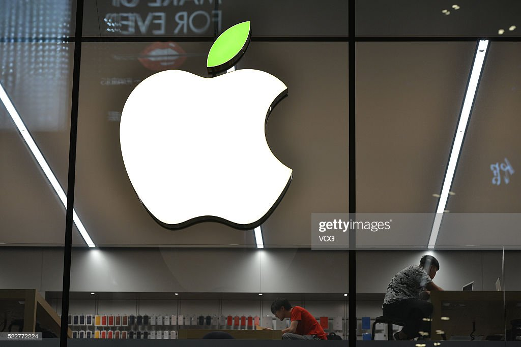 Apple Store Welcomes The World Earth Day : News Photo