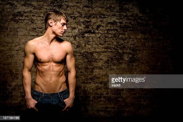 il lean physique di una sana giovane maschio adulto - ragazzi fighi nudi foto e immagini stock