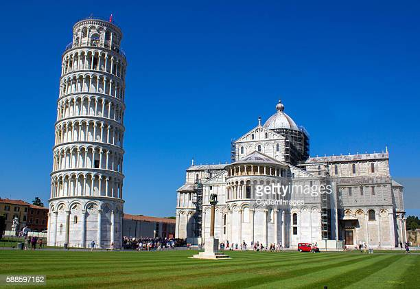 the leaning tower of pisa in italy - leaning tower of pisa stock photos and pictures