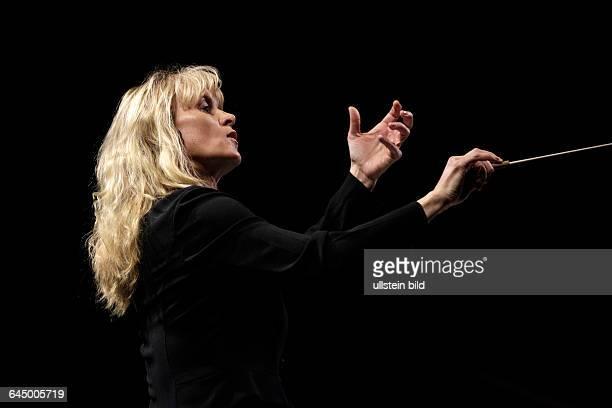 Symphony of the Goddesses Master Quest Die irische Dirigentin Eímear Noone leitet ein 66köpfiges Orchester unter Mitwirkung eines 24köpfigen Chors...