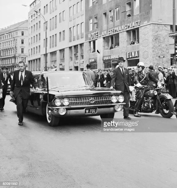 The limousine of John F Kennedy at Stephansplatz Vienna Photographie 1961 [Die Limousine von John F Kennedy vor dem Stephansdom anllich seines...
