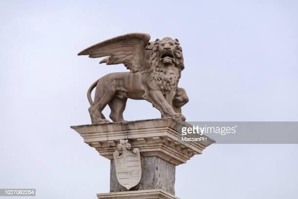 the lion of saint mark in piazza della libertà - monument stockfoto's en -beelden