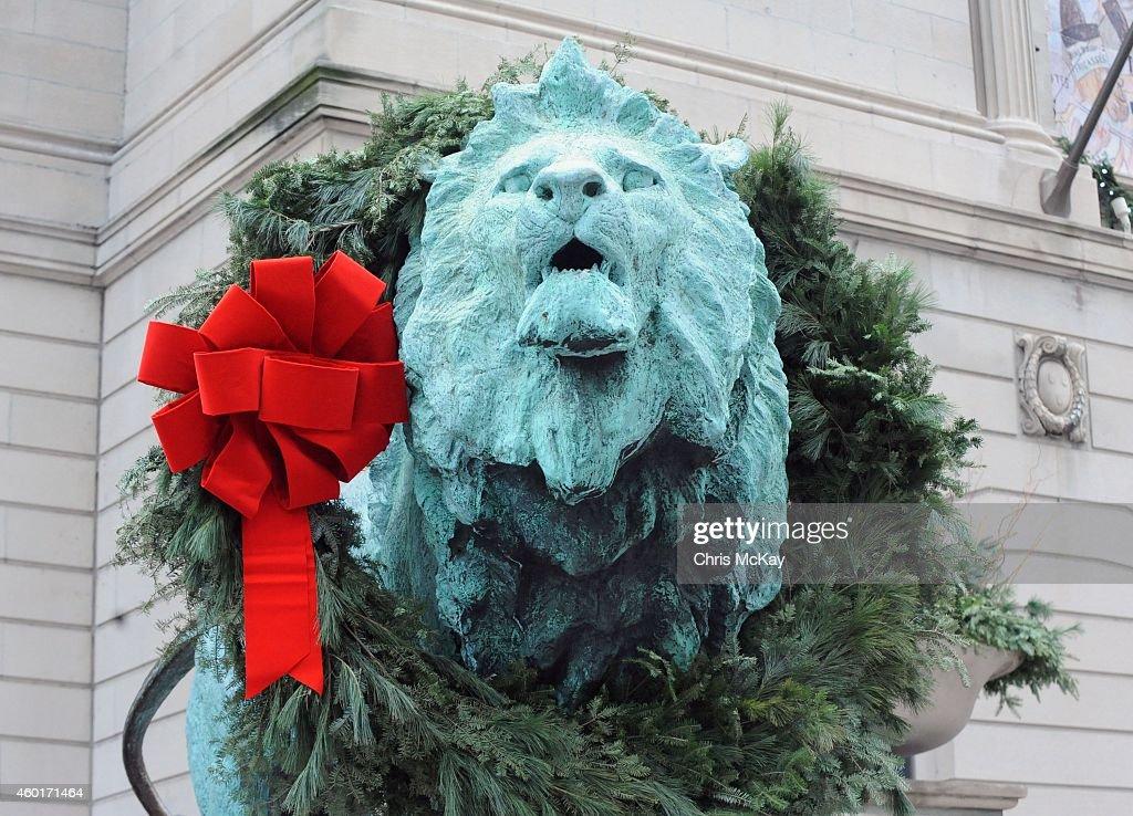 2014 Holiday Shopping Windows - Chicago, Illinois : News Photo