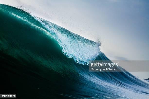 the lip of a caribbean wave - frangente foto e immagini stock