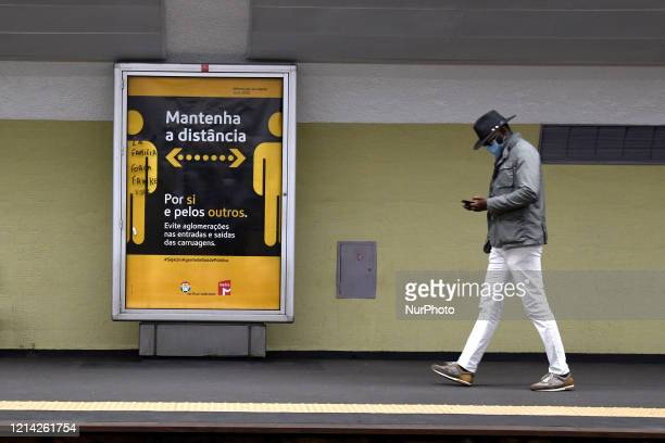 The Lisbon Metro company has installed a series of signaling elements to suggest that users wait for the distance in order to avoid a possible...