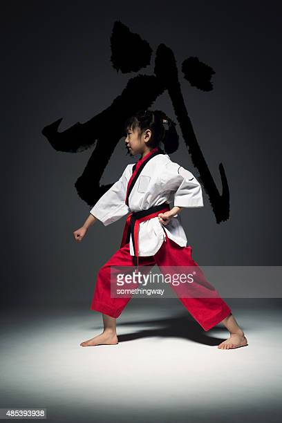 La petite fille est de pratiquer le Taekwondo.