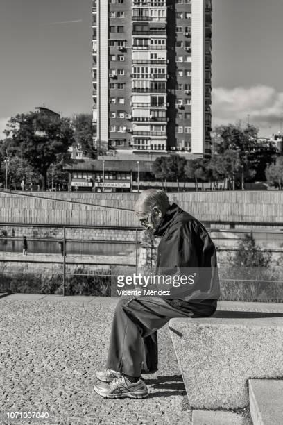 the loneliness of old age - vicente méndez fotografías e imágenes de stock