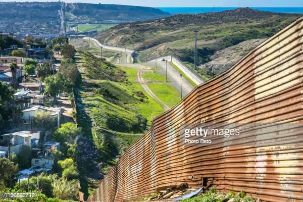 アメリカ/メキシコ国境-壁 - ティフアナ ストックフォトと画像