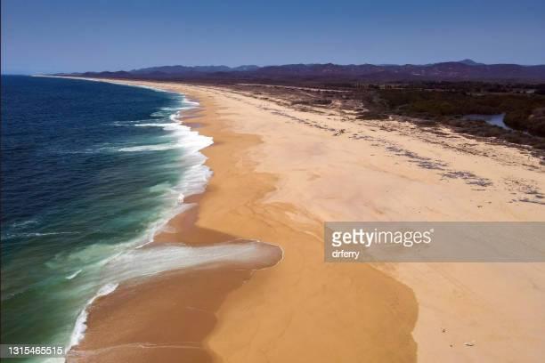 den långa tomma svepningen av mayto beach - delstaten jalisco bildbanksfoton och bilder