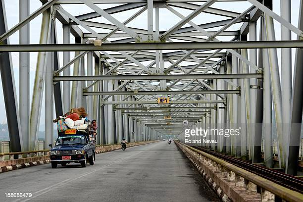 The long metal bridge of Moulmein called the Thanlwin Bridge has permitted to link the city to the Northern road and rail network